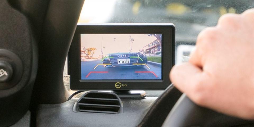 Sử dụng camera lùi giúp việc tham gia giao thông của các tài xế trở nên an toàn và thuận tiện hơn. (Nguồn: The New York Times)